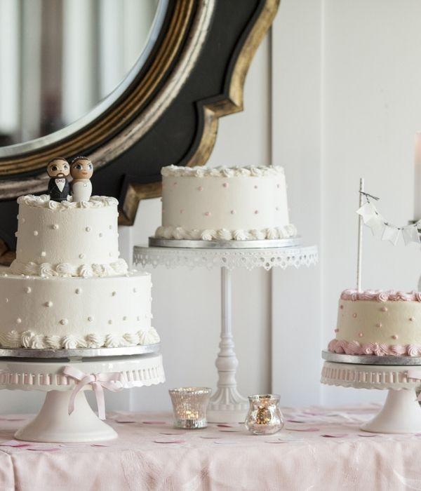 Tortai ant stovų