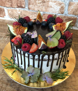 Šventinis tortas su uogomis ir gėlėmis