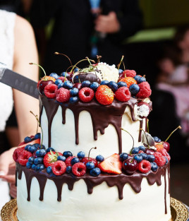 Vestuvinis tortas su uogomis dviejų aukštų