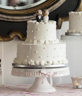Vestuvinis tortas dviejų aukštų ant stovo