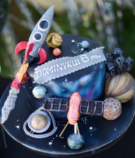 Kosmoso tortas su raketa, palydovais, planetomis