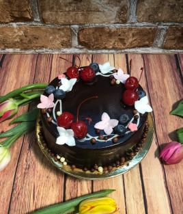Tortas su uogomis ir gėlėmis