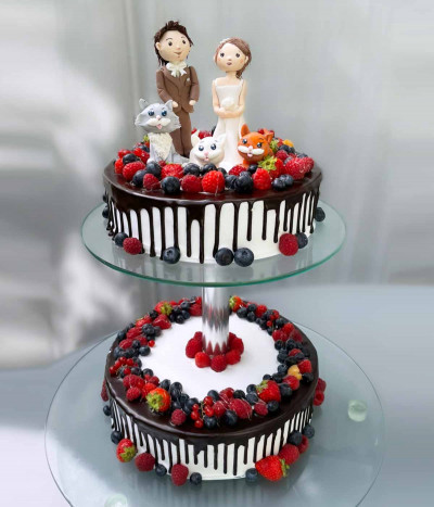 Vestuvinis tortas su uogomis ant stovo