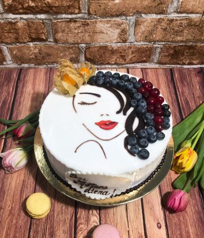 Moters dienos tortas su uogomis