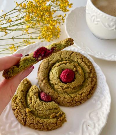 Sausainiai MAČIA su pistacijomis ir avietėmis