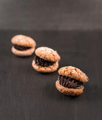 Marcipaniniai sausainiai su šokoladiniu glaistu
