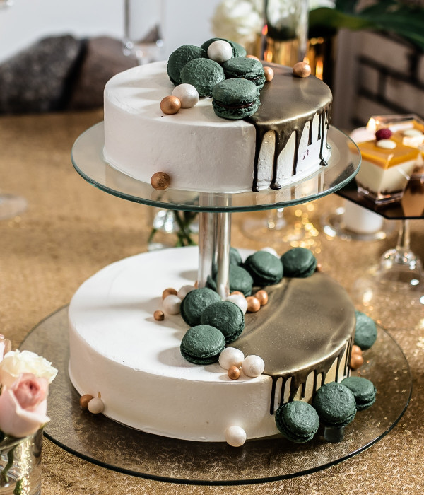 Vestuvinis tortas su makarūnais (macarons) ant stovo
