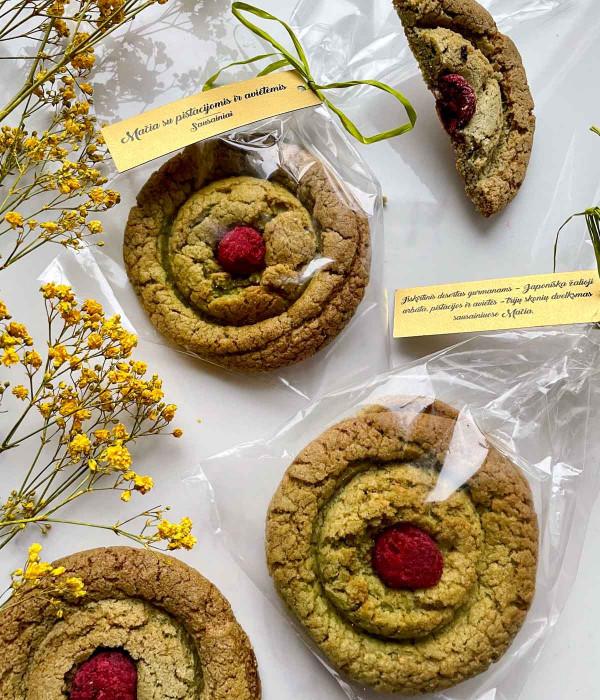 Sausainiai MAČIA su pistacijomis ir avietėmis (2 vnt)