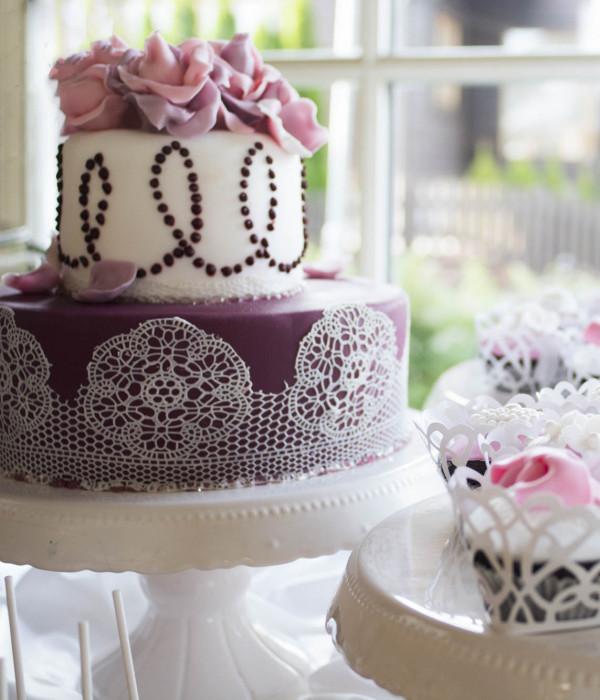Vestuvinis tortas su dovanėlėmis